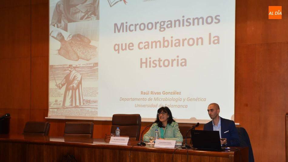 Charla en la Universidad de la Experiencia sobre 'Microorganismos que cambiaron la historia'